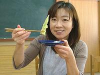 月山筍の天ぷらを試食する渋谷